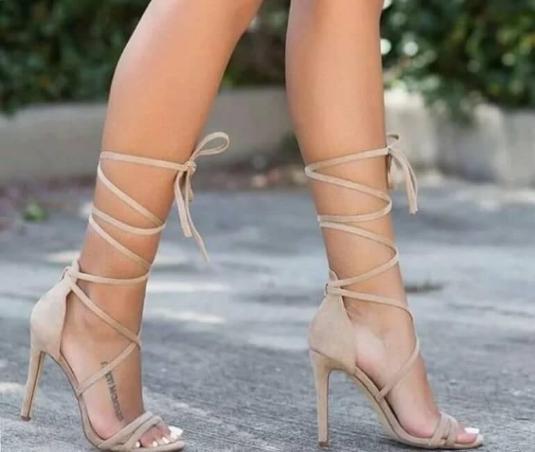 Здоровый ноги на высоких каблуках