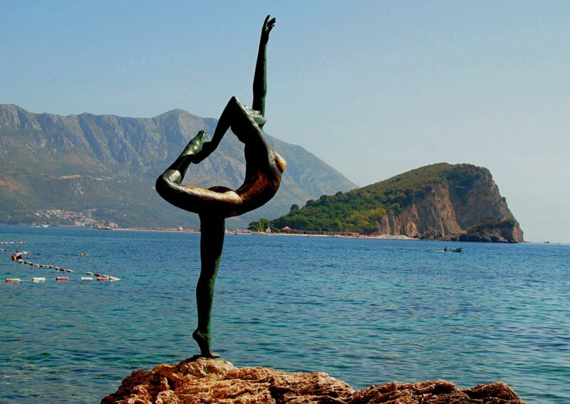 Будванская балерина на фоне остова Святого Николая Будва Черногория