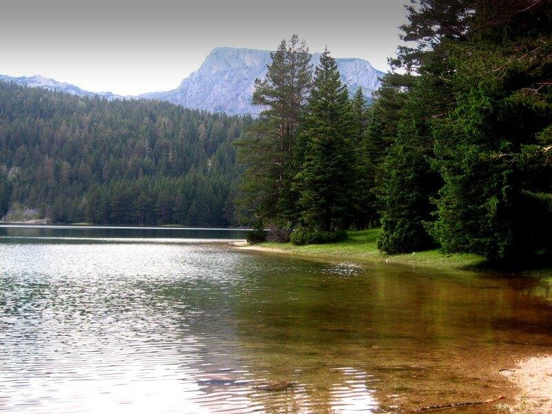 Гладь вод Черного озера