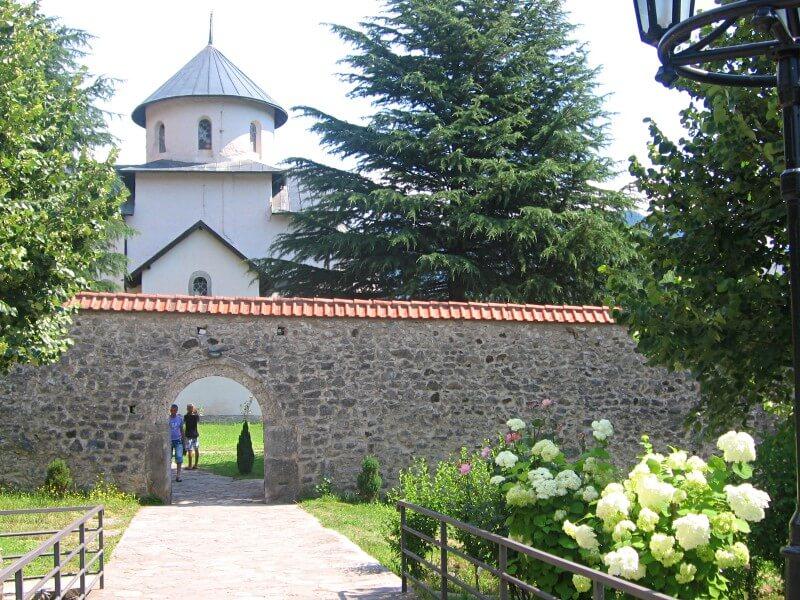 Вход в монастырь Морача