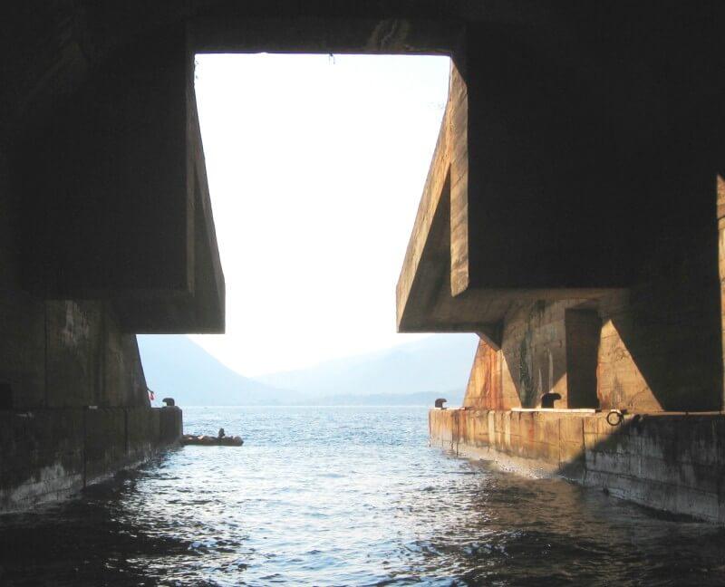 Тоннель в горе заброшенной военной базы Югославии