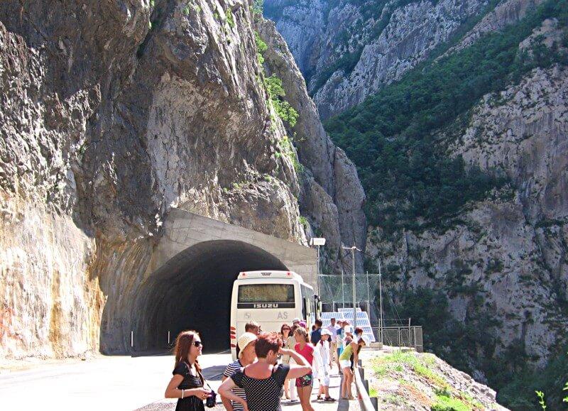 Дорога в каньоне реки Морача Черногория