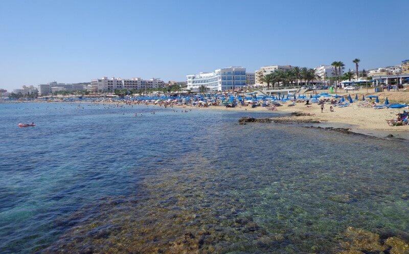 Пляж Пернера Протарас издалека