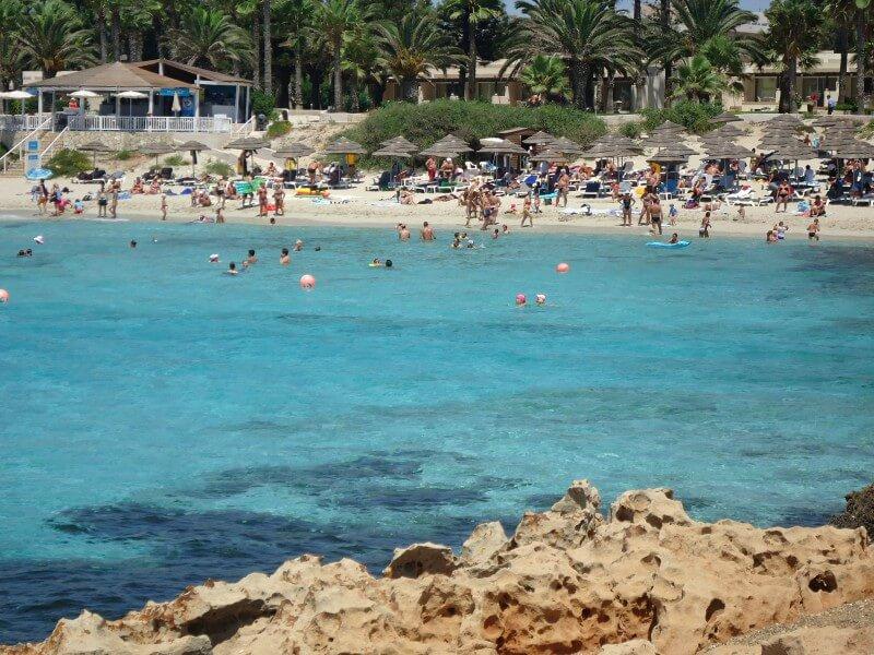 Скалистый берег бухты Нисси Айя-Напа Кипр