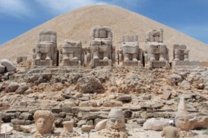 статуи на горе Немрут Турция