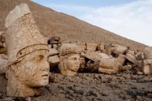 головы на горе Немрут Турция