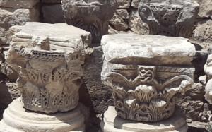 останки колонн во дворе храма Николая Чудотворца