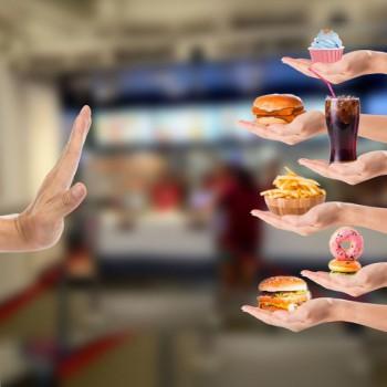 ограничение употребления красного мяса, мясных полуфабрикатов, рафинированного сахара и быстрых углеводов